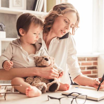 pracująca zapracowana mama bizneswoman praca przy dziecku